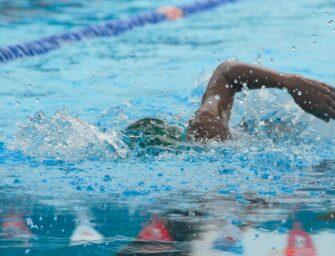Cyklister svømmer som aldrig før ved siden af cyklingen